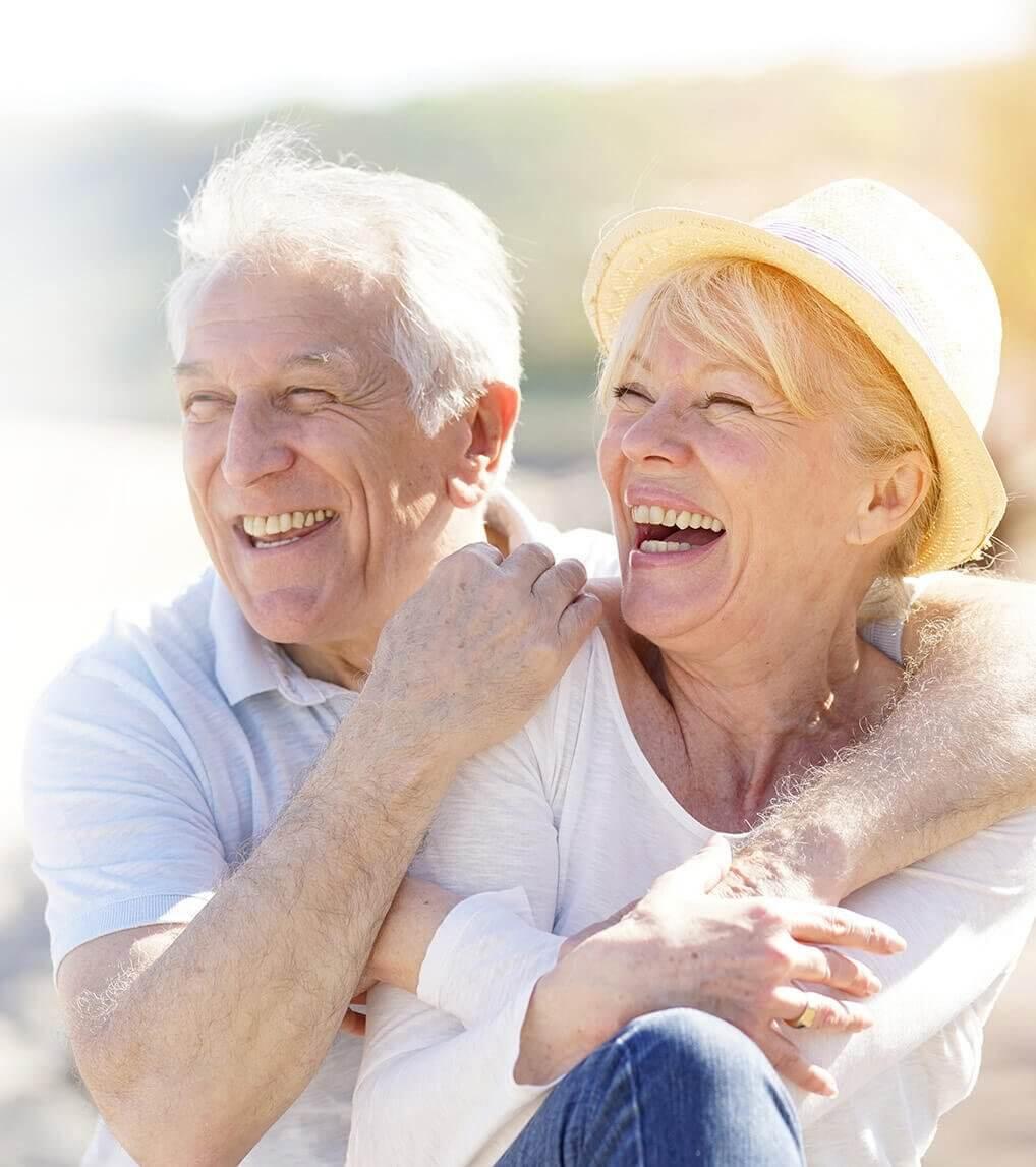 Praxisklinik Bartsch - Ein älteres, fröhliches Ehepaar